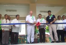 COMMUNITY EVACUATION CENTER. European Union Ambassador Franz Jessen (left), Biliran Vice-Mayor Angel Bacatano (center), representing Biliran Mayor Grace Casil, and UNDP Country Director Titon Mitra led the ribbon cutting and turn-over of ceremonial key during the formal turn-over ceremonies of community evacuation center of Biliran town in Biliran province, May 31, 2016.(rvictoria/PIA 8 Biliran)