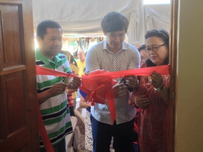 BLESSING. Biliran Governor Gerardo J. Espina, Jr. (left), Naval Mayor Gerard Roger M. Espina (center), and PIA 8 Regional Director Alicia E. Nicart (right), lead the ceremonial ribbon-cutting of the new PIA-Biliran office, Naval, Biliran, February 28, 2017.(rvictoria/PIA Biliran)